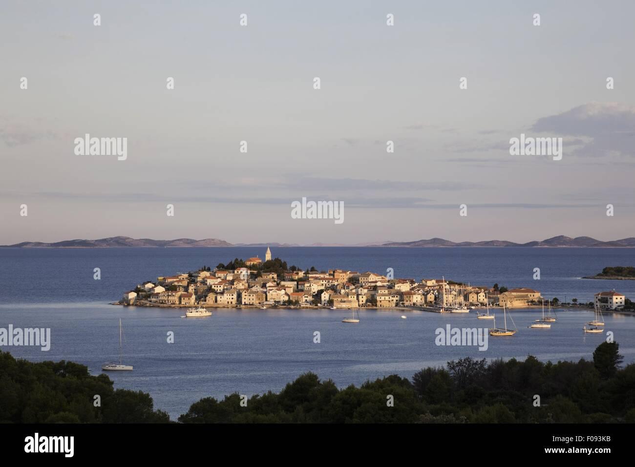 Vue de la ville de Primosten et les montagnes à l'horizon de la mer Adriatique en Croatie Photo Stock