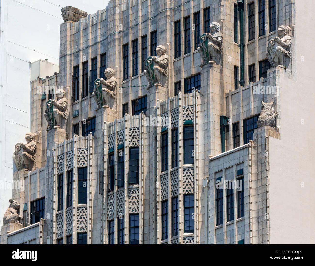 des statues de kangourous et caduceus shield clad chevaliers sur la