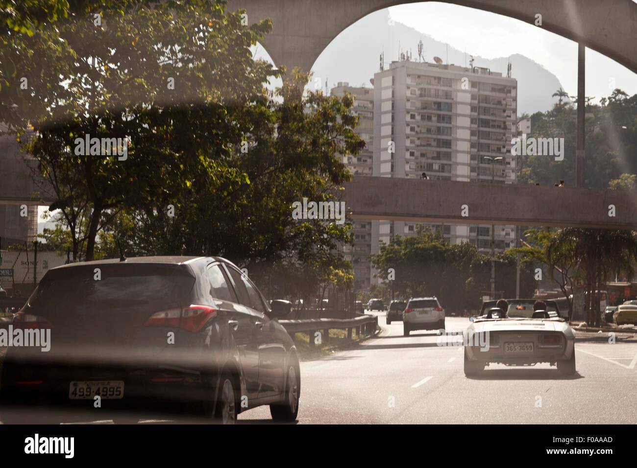 Voitures voyageant sur la route, vue arrière Photo Stock