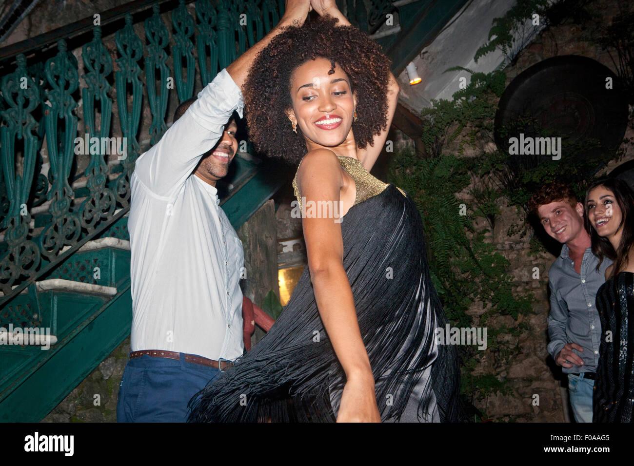 Couple dancing en plein air, à la recherche d'amis sur Photo Stock