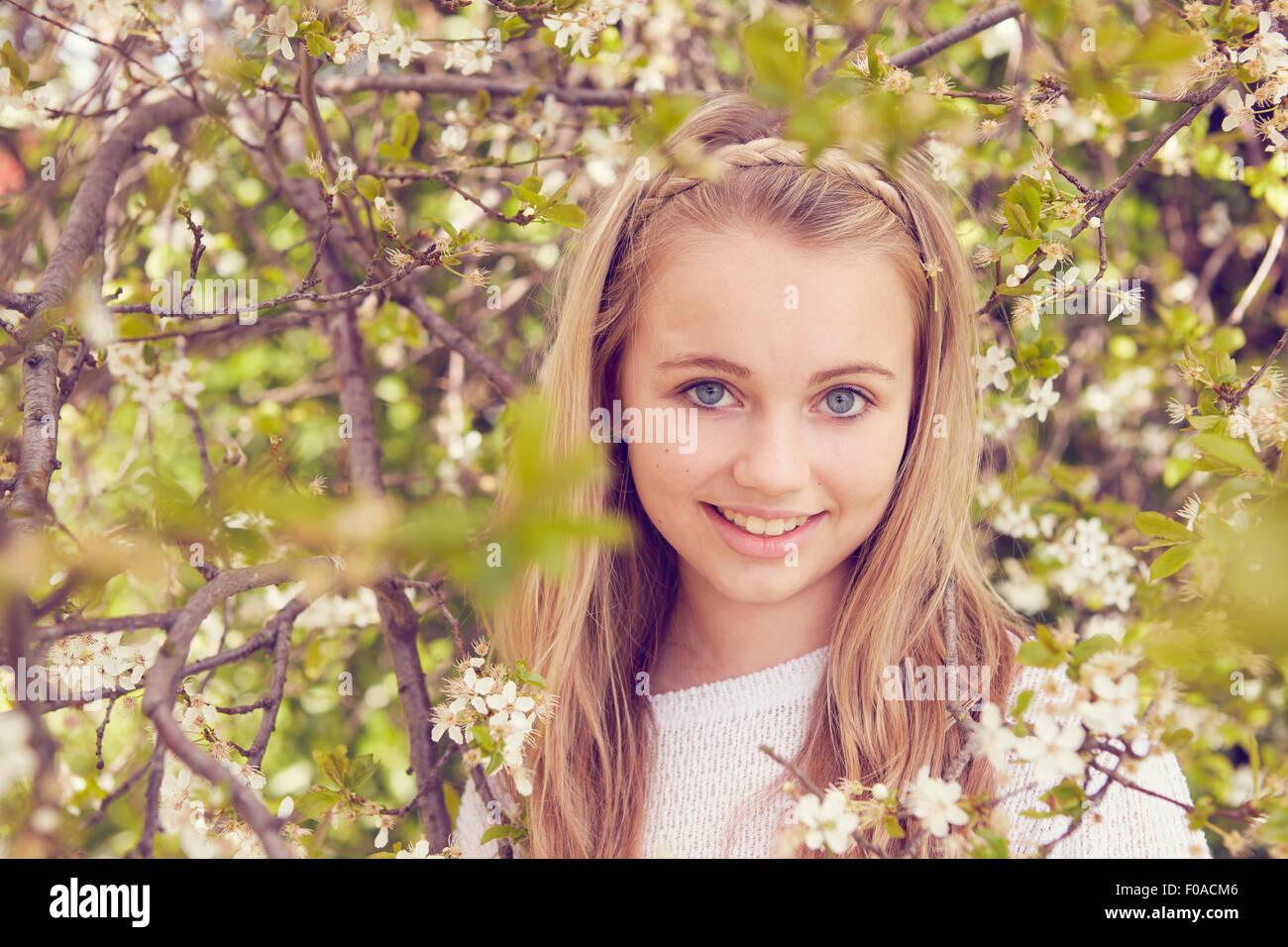Portrait de jolie fille et l'arbre en fleurs Photo Stock