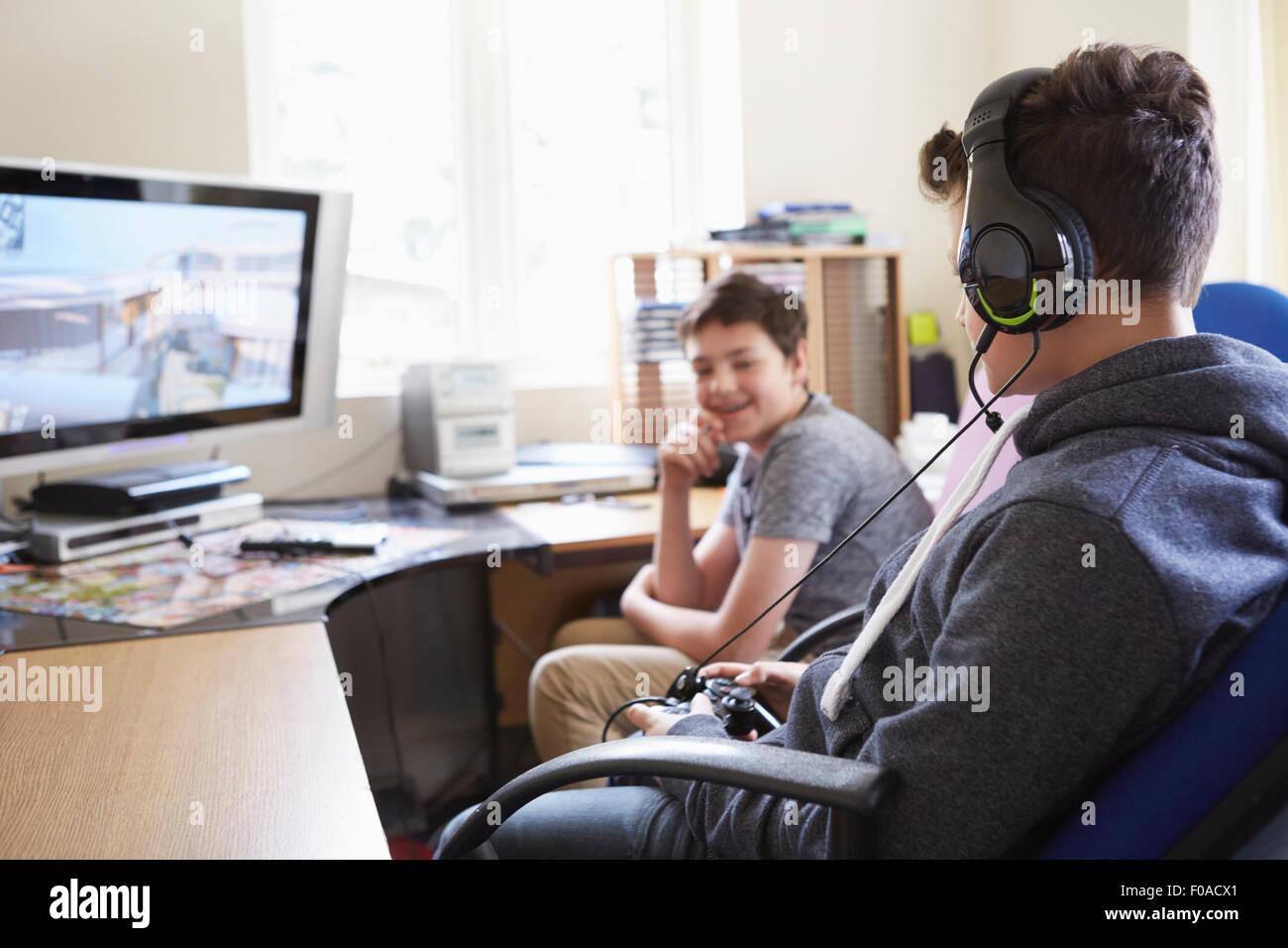 Deux jeunes garçons jouent au jeu sur ordinateur Photo Stock
