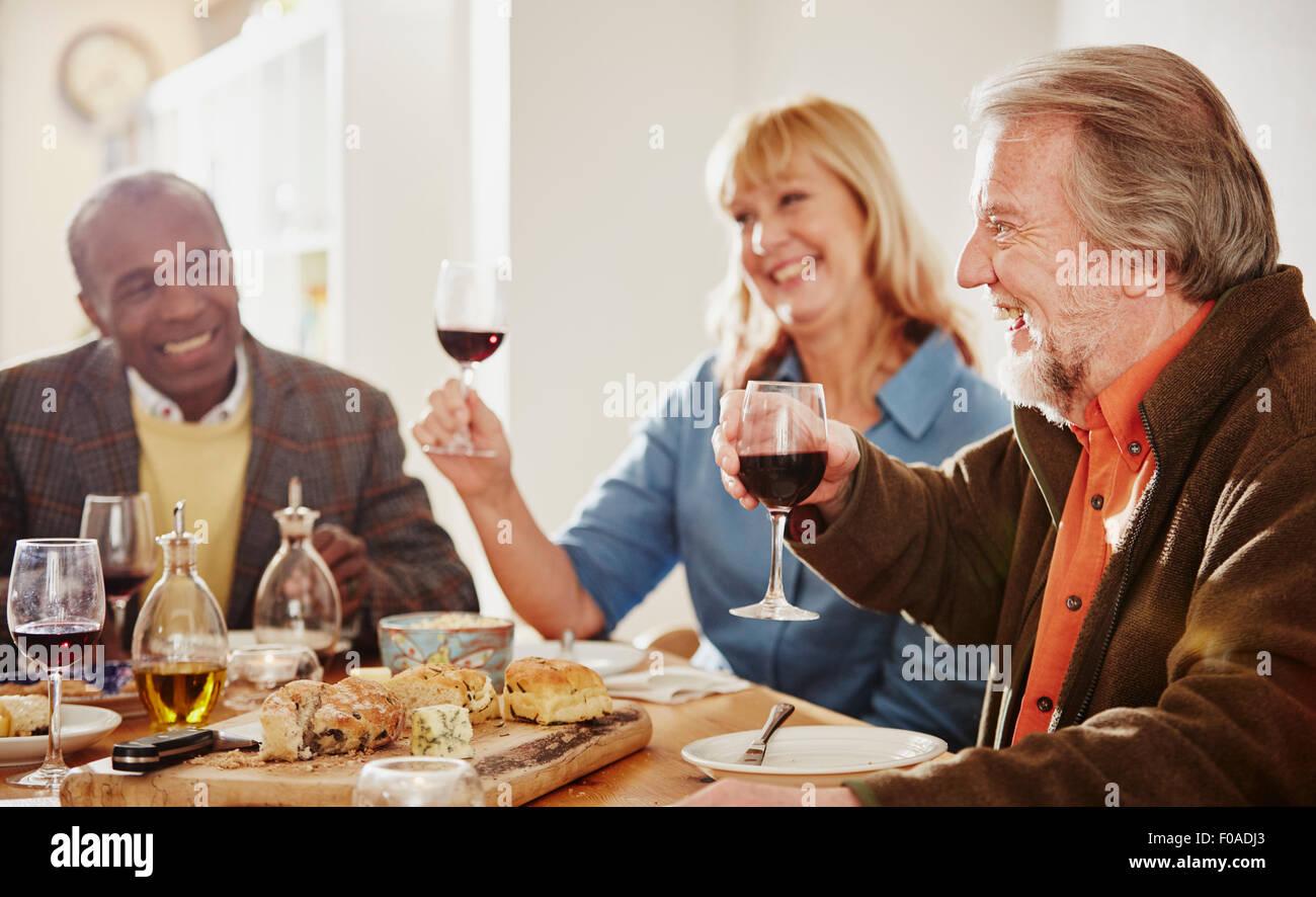Les amis de faire un toast au dîner Photo Stock