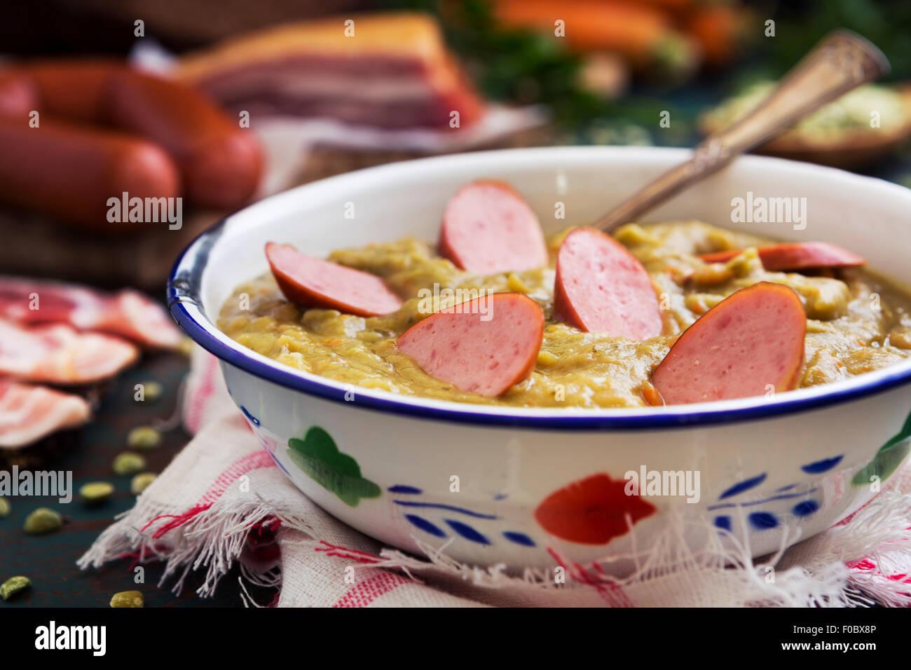 Un copieux petit-déjeuner hollandais traditionnel avec la soupe aux pois, saucisse fumée, pain de seigle Photo Stock