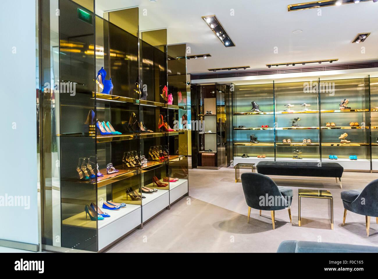 Paris, France, à l intérieur magasin de marques de luxe, Gucci, des  vêtements pour femmes, d accessoires d intérieur de haute couture 9c58b8a4307