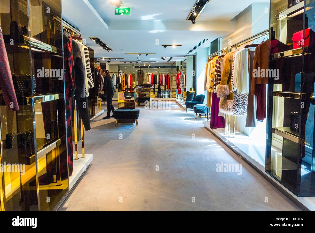Paris, France, à l intérieur magasin de marques de luxe, Gucci, des vêtements  pour femmes, de haute couture, de l intérieur 97ce37bc5bb