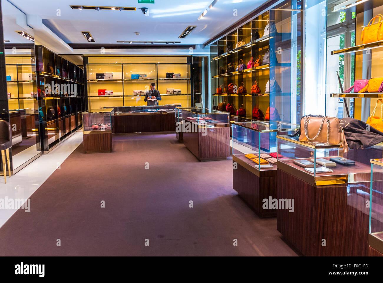 Paris, France, à l intérieur magasin de marques de luxe, Gucci, des  vêtements pour femmes, accessoires intérieurs 9ed31485995