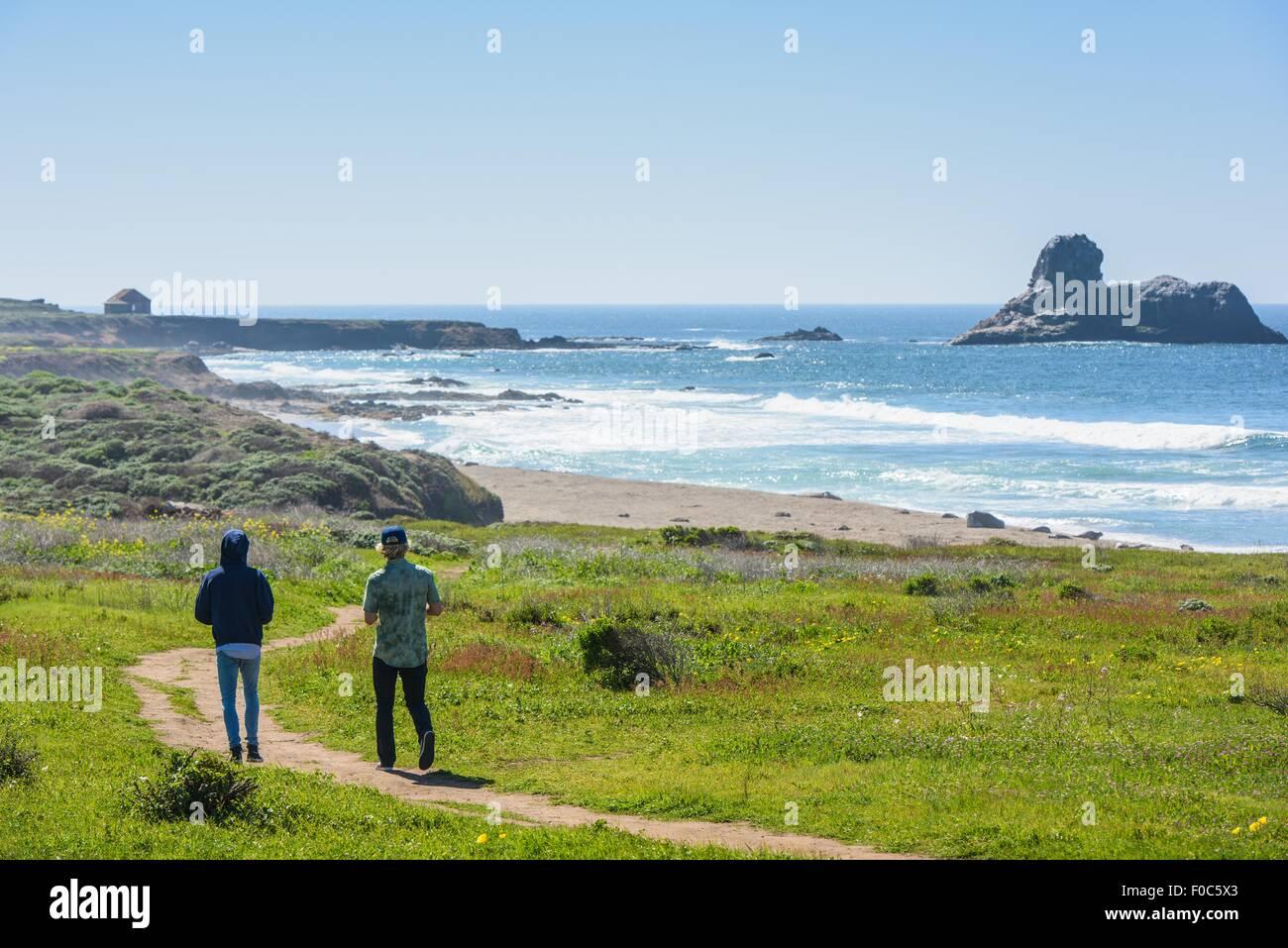 Deux jeunes amis balade chemin côtier, Big Sur, Californie, USA Photo Stock
