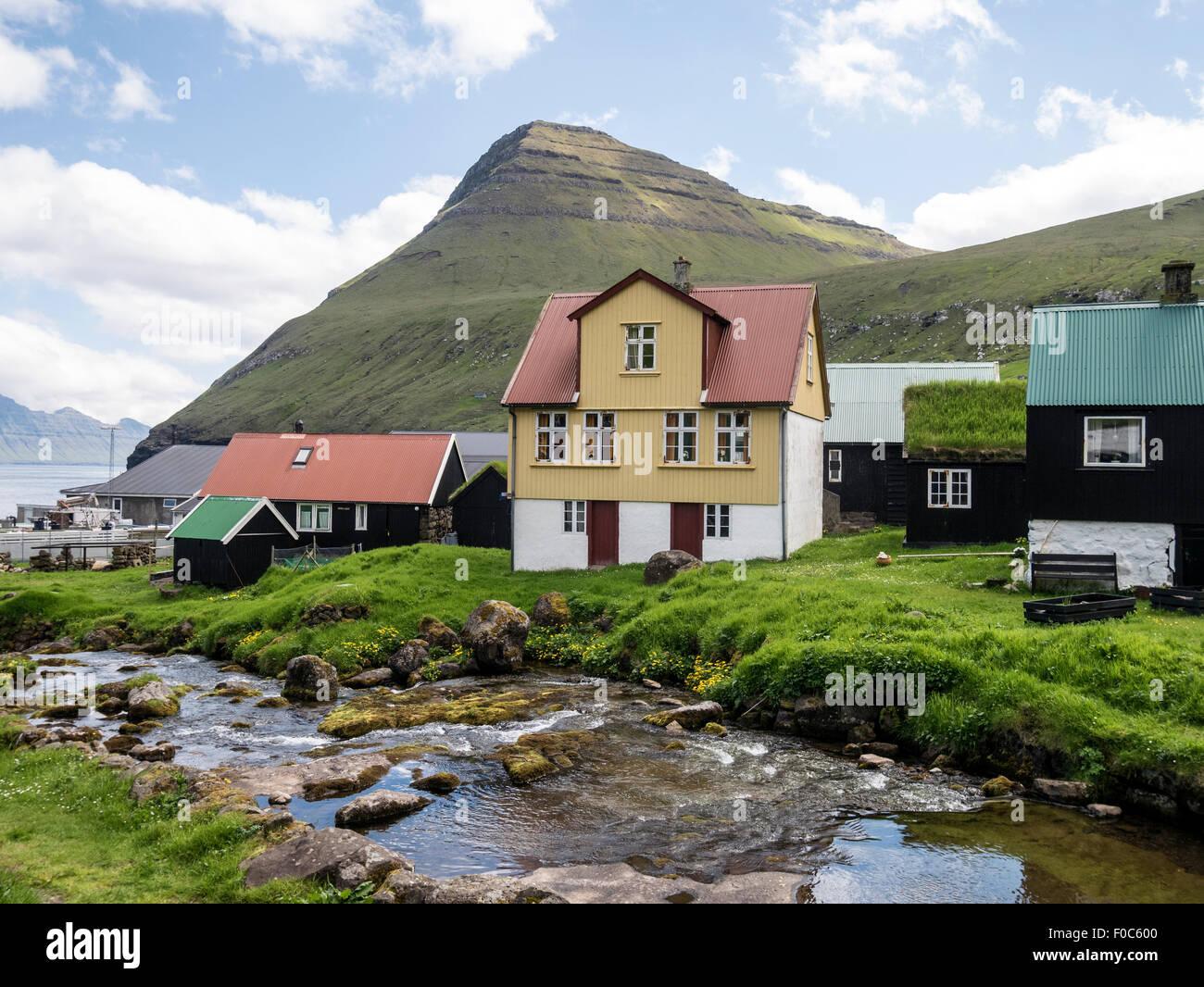En flux par maisons de village mais confortables et disposent des îles Féroé Photo Stock