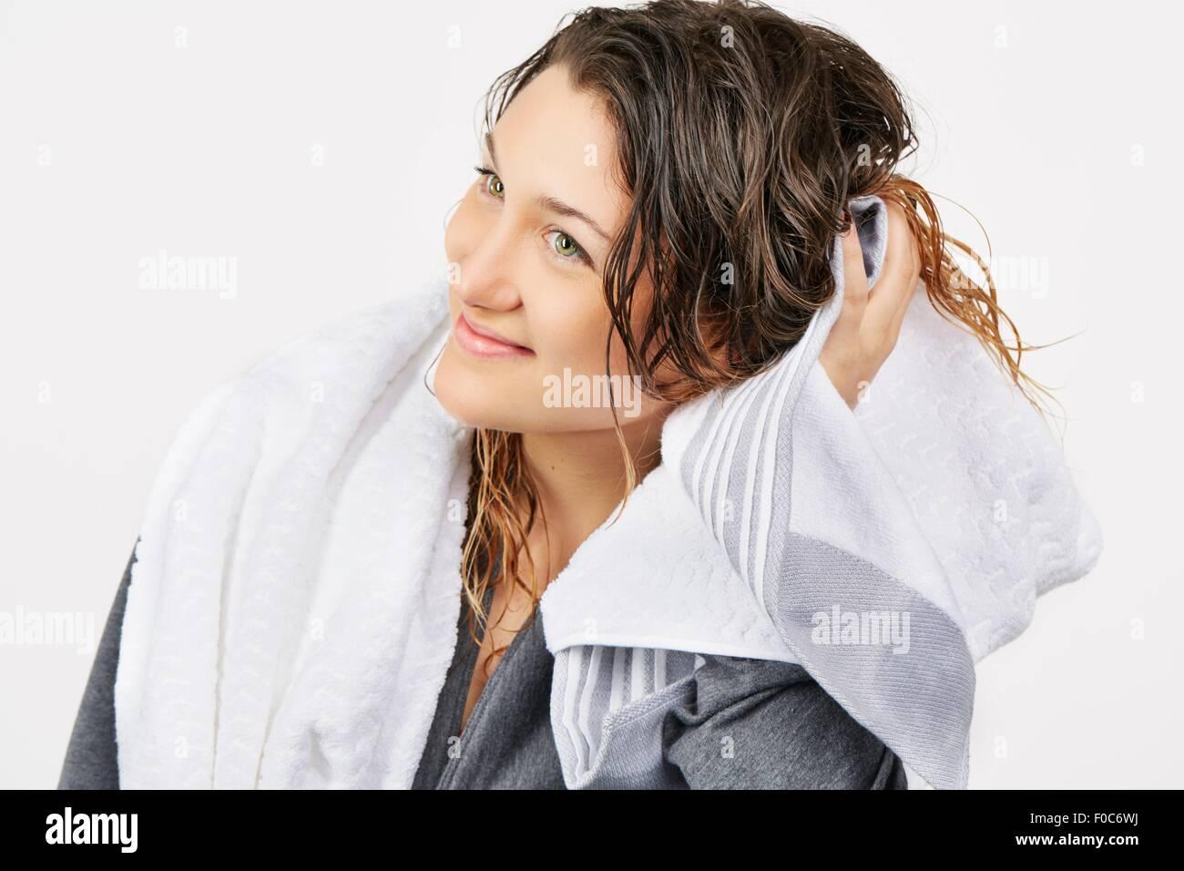 Jeune femme cheveux séchage serviette Photo Stock