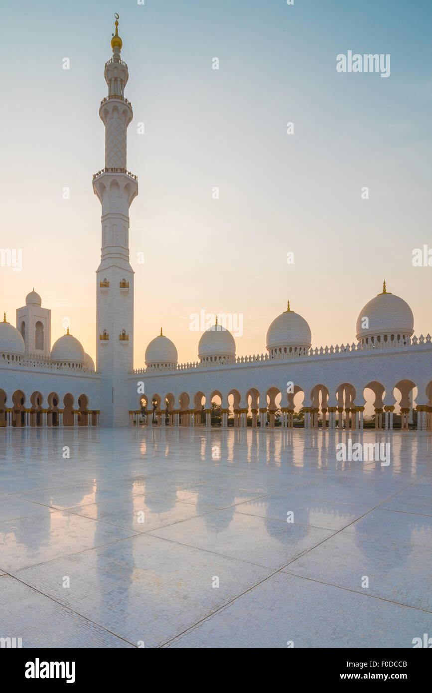La Mosquée Sheikh Zayed, Abu Dhabi, au coucher du soleil Photo Stock