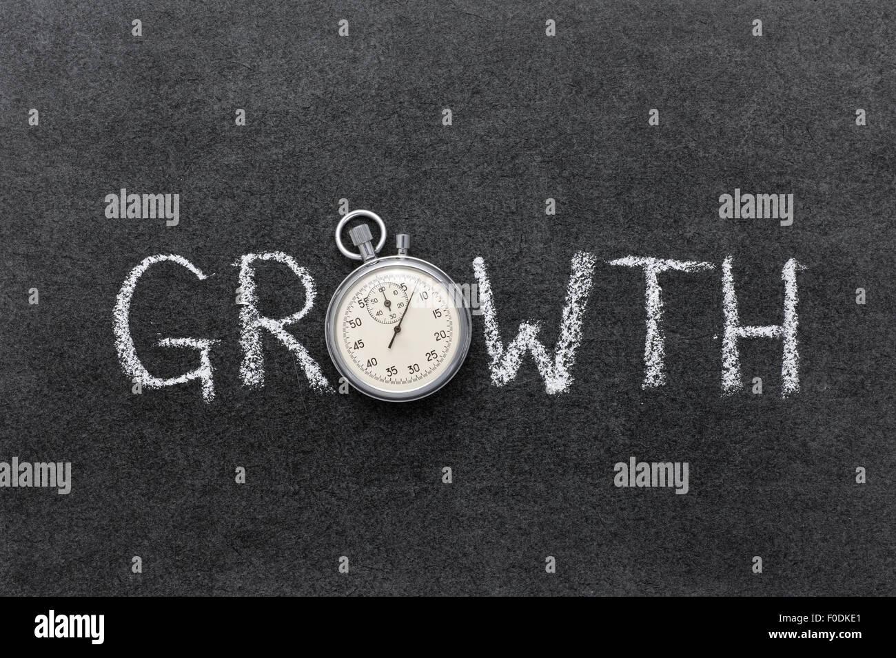 Concept de croissance à la main sur tableau avec vintage chronomètre précis utilisé au lieu Photo Stock
