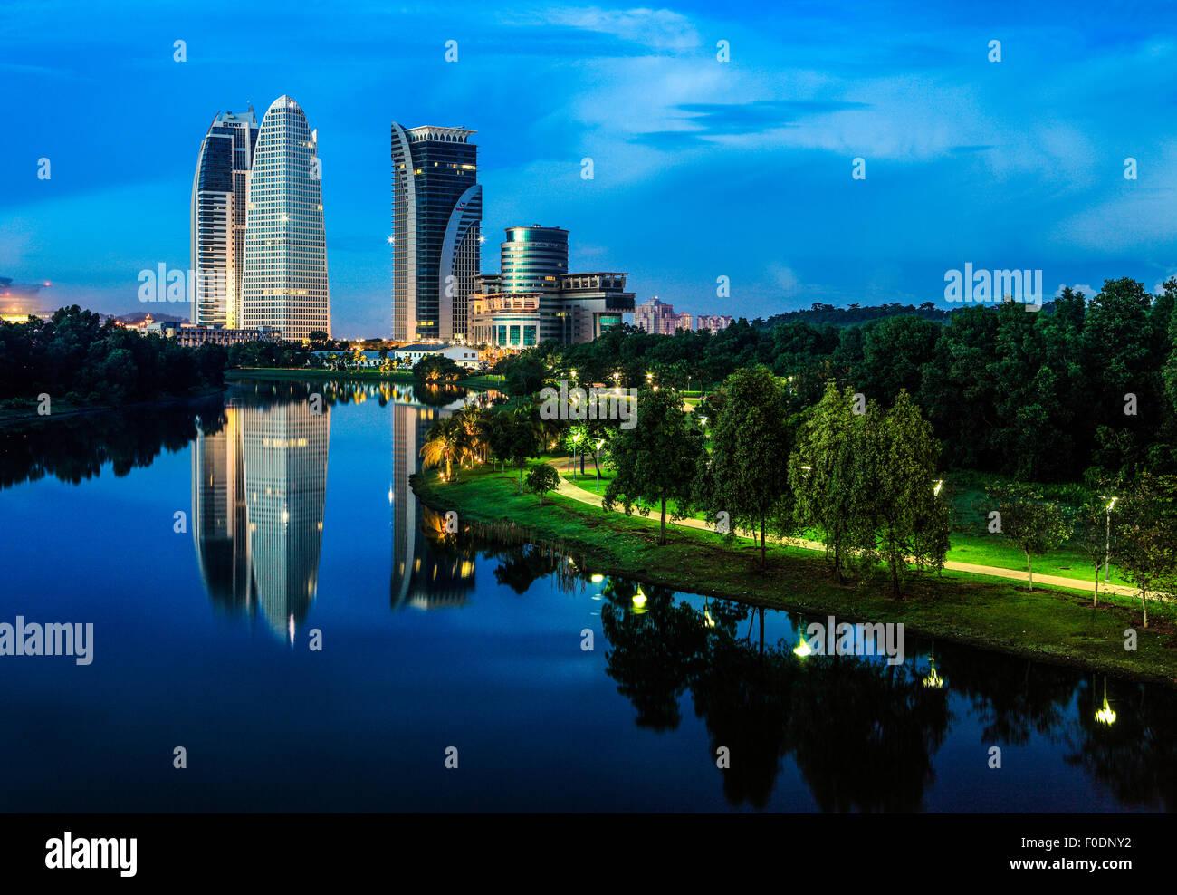 Putrajaya - Le gouvernement de la Malaisie capitale pendant le crépuscule. Photo Stock