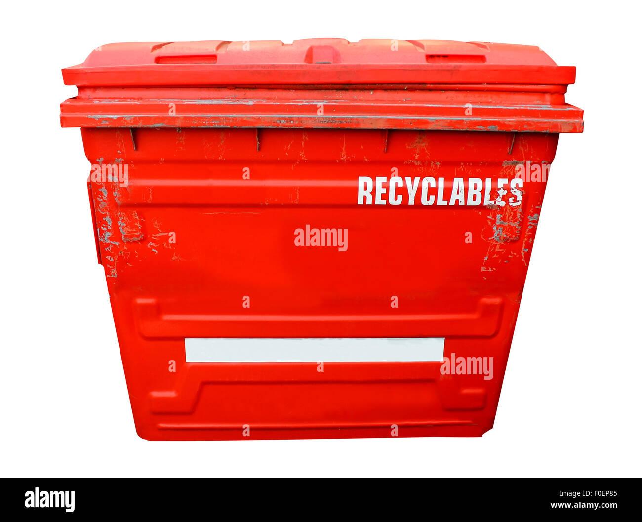 Bac de recyclage industriel rouge sur un fond blanc. Photo Stock