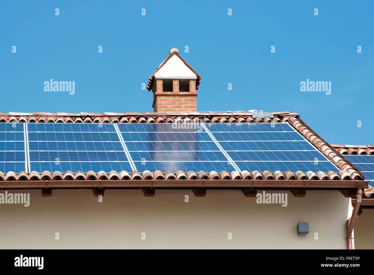 Des panneaux solaires photovoltaïques sur le toit d'un bâtiment Photo Stock