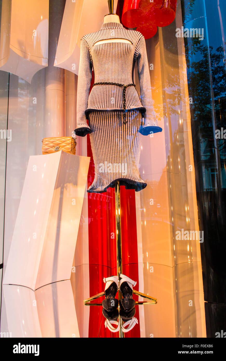 Paris, France, magasin, fenêtre avant l affichage des produits de luxe,  marques, magasin Gucci, Avenue Montaigne, des vêtements pour femmes, robe 699df917c00