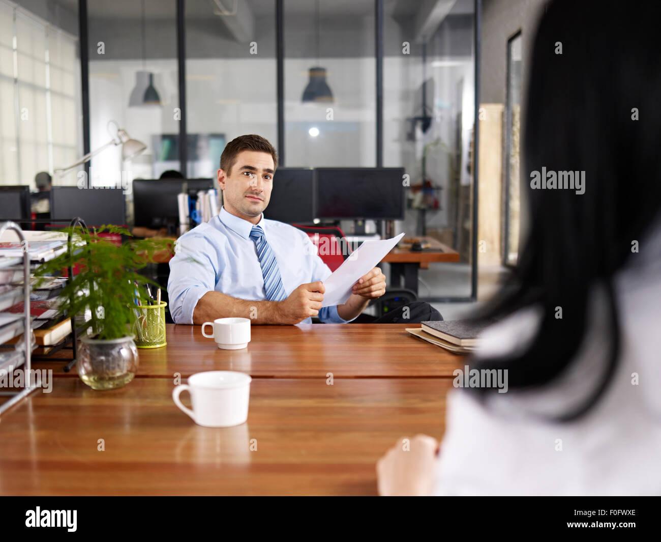 Caucasian HR manager une entrevue Photo Stock