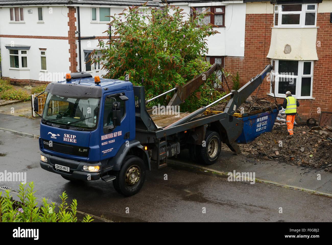 La perception d'un véhicule aller de l'avant jardin d'une maison Photo Stock