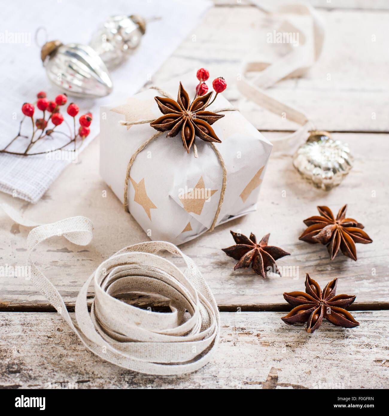 L'emballage de cadeaux de Noël naturel simple Photo Stock