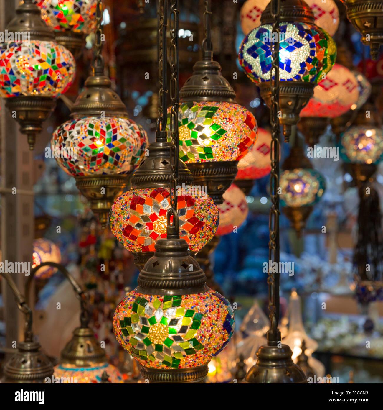 Les lampes de couleur vive en vente dans une boutique de la lampe dans le Grand Bazar, Istanbul, Turquie Photo Stock