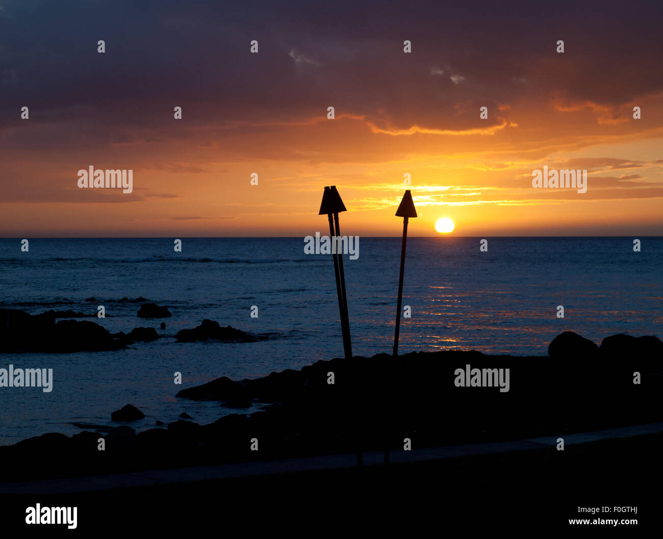 Vue d'un magnifique coucher de soleil tiki torch comme vu de la Brown's Beach House à l'hôtel Photo Stock