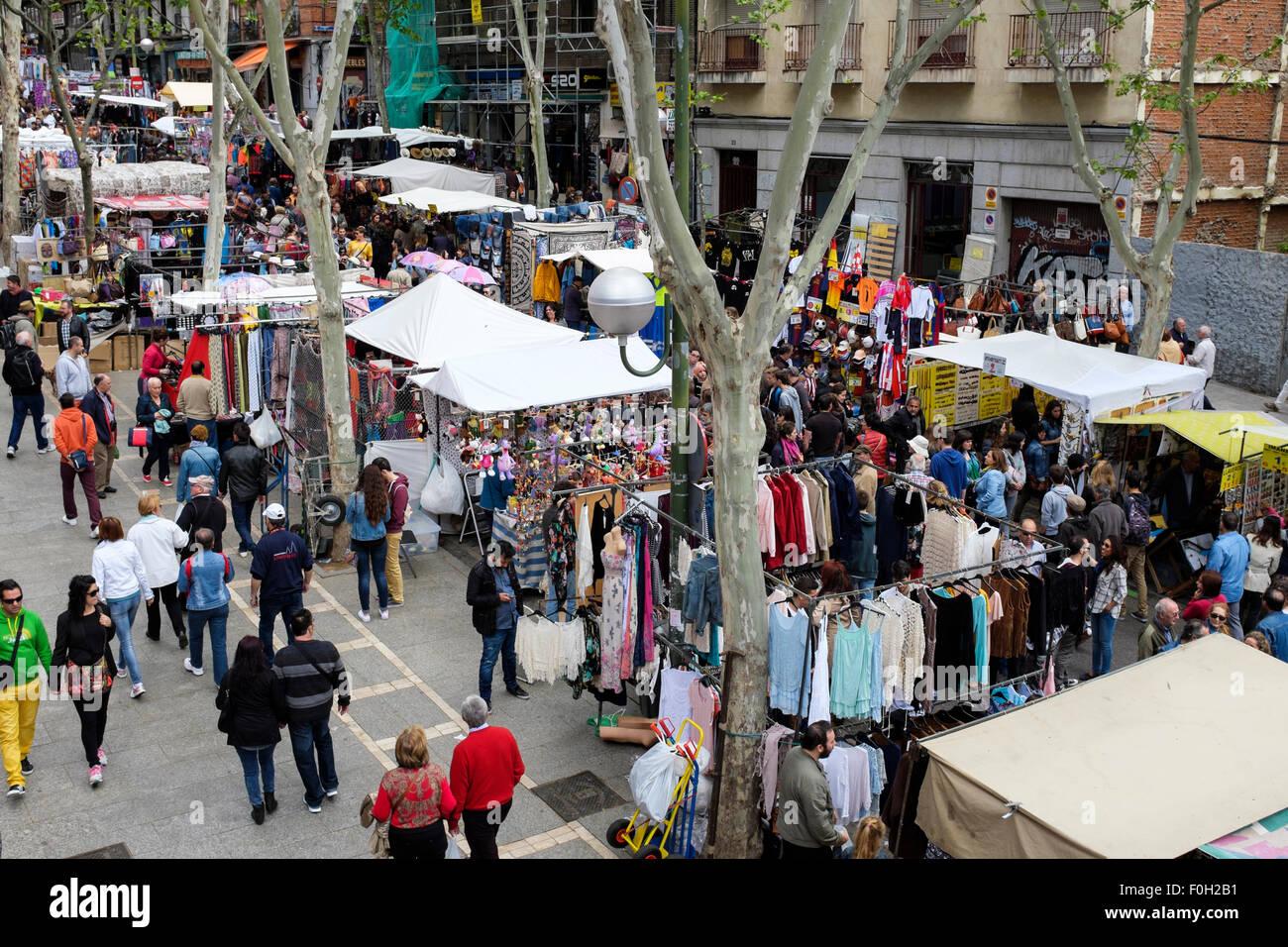 Clients dans la marché aux puces El Rastro, Madrid, Espagne. Photo Stock