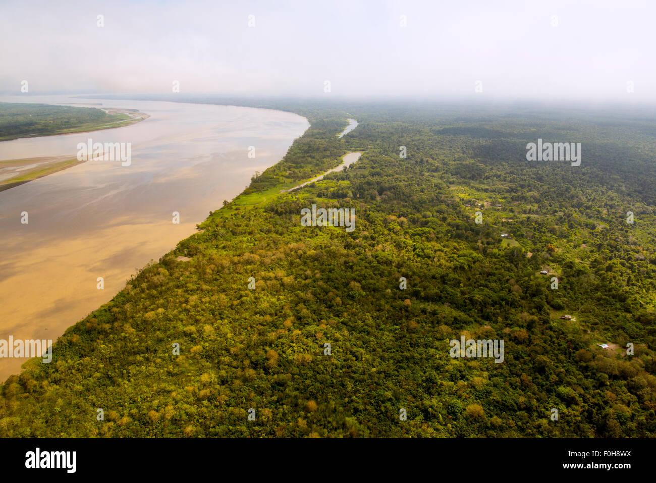 Amazon River par antenne, avec les colonies et secondaire, près de la forêt d'Iquitos, Pérou Photo Stock