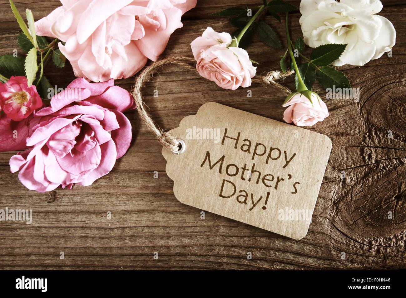 Carte de fête des mères avec des roses sur planche de bois rustique Photo Stock
