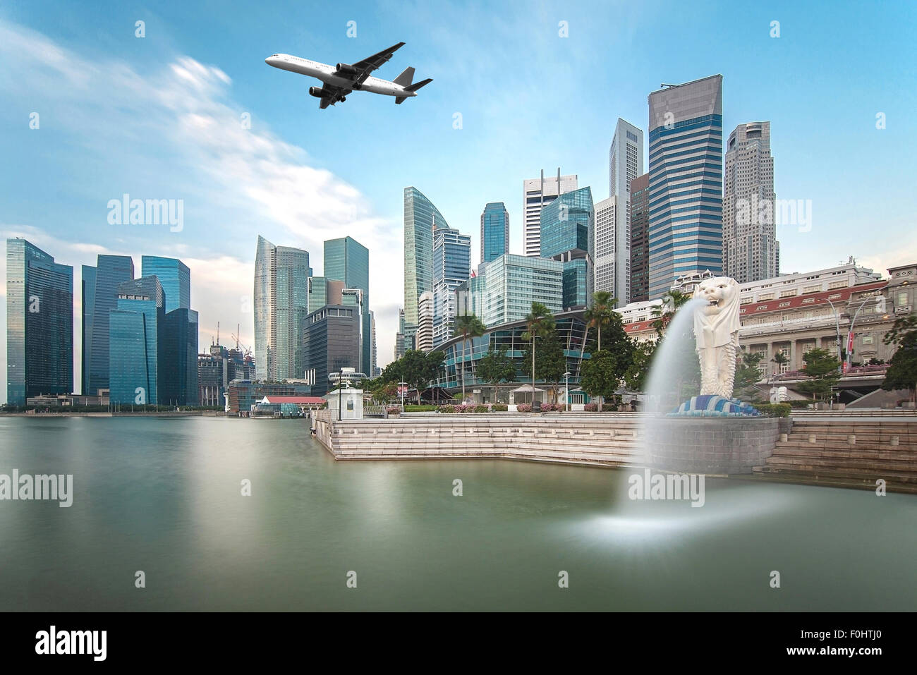 Concept de voyage, de Transport - Avion survolant la ville de Singapour en temps matin Photo Stock