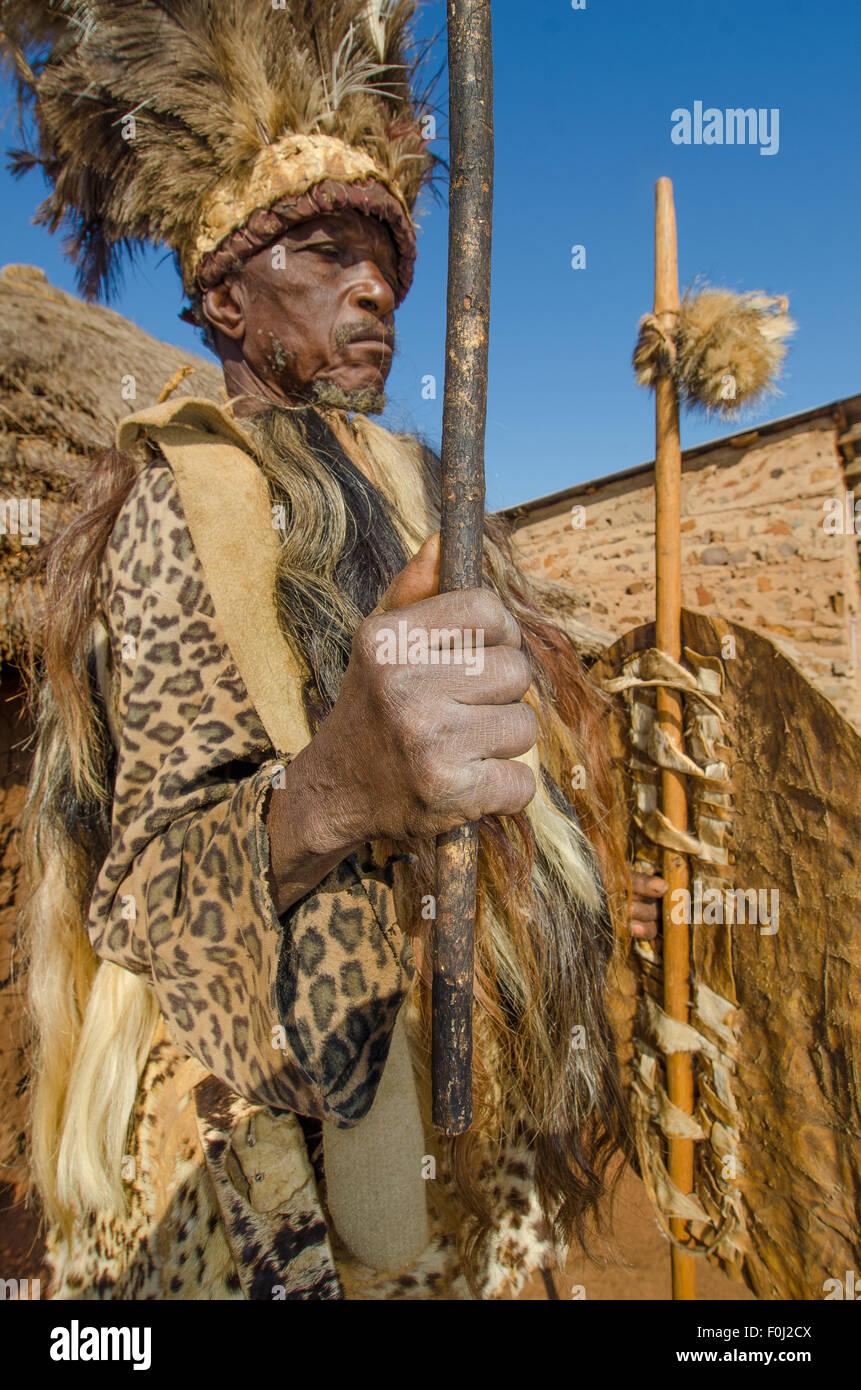 Un chef de village local préside une communauté rurale dans son costume traditionnel. Photo Stock