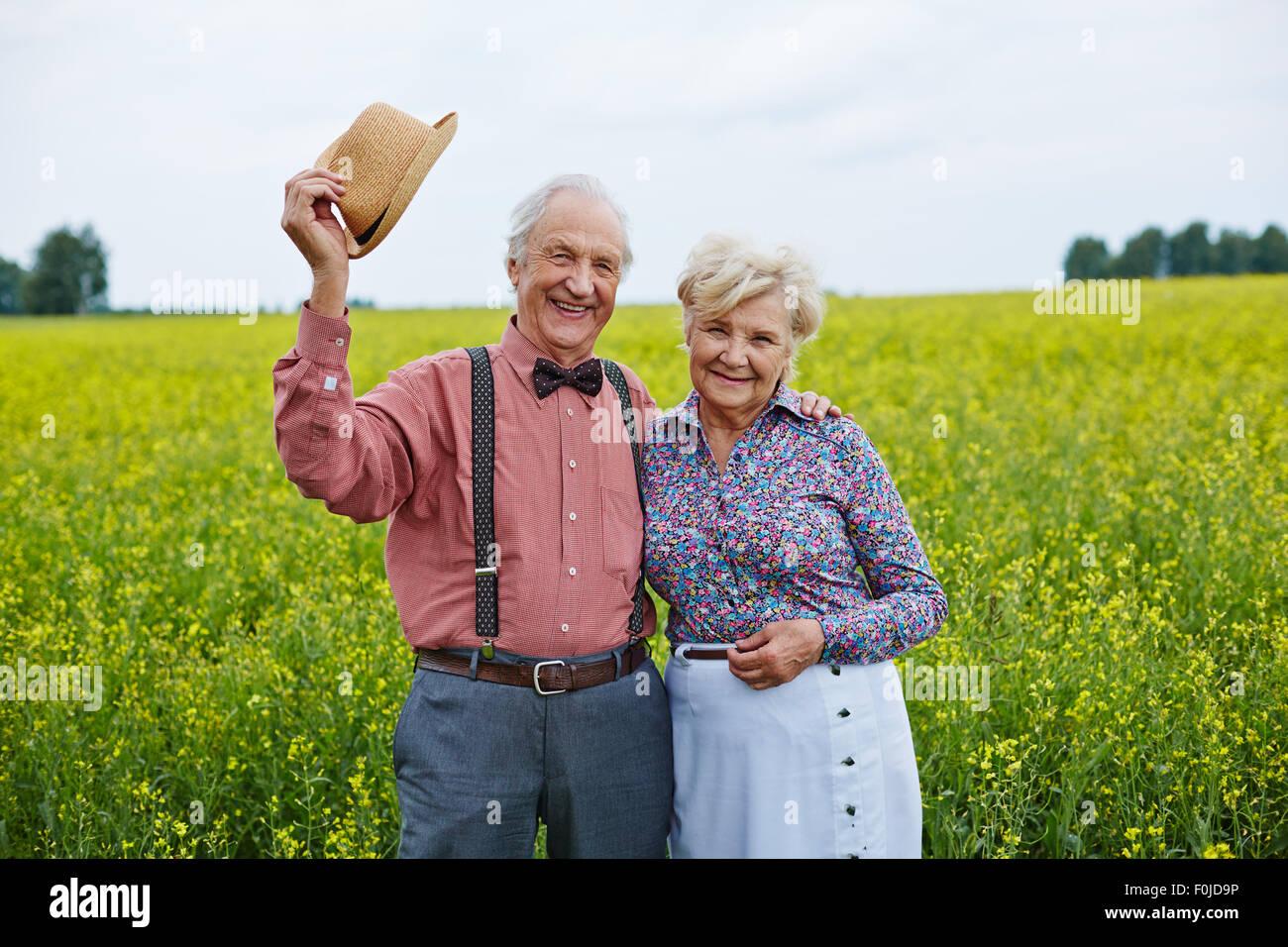 Heureux de profiter de loisirs en région rurale Photo Stock