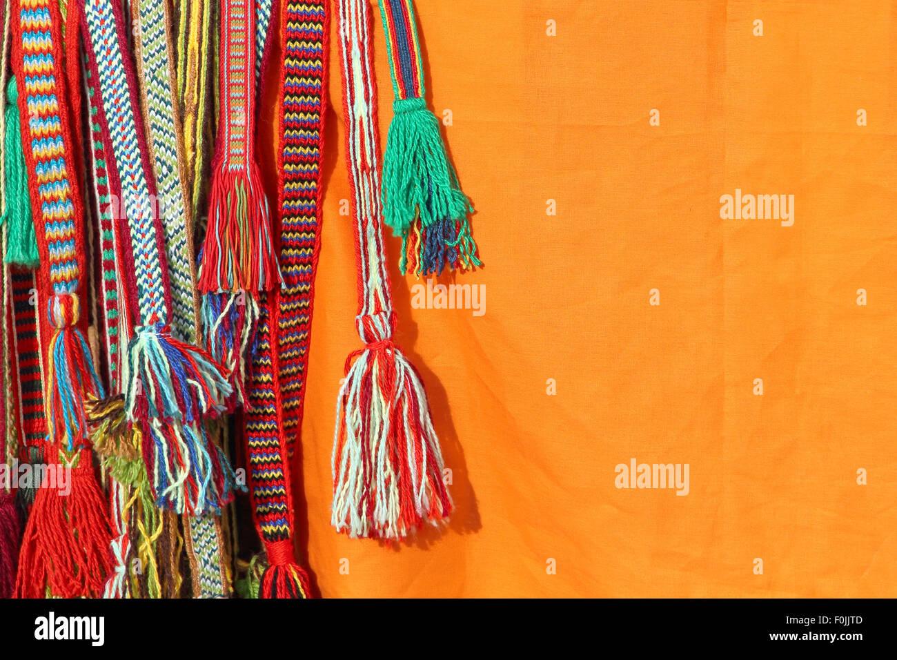 Glands colorés d une ceinture hippie sur fond orange Banque D Images ... be69e6c7003