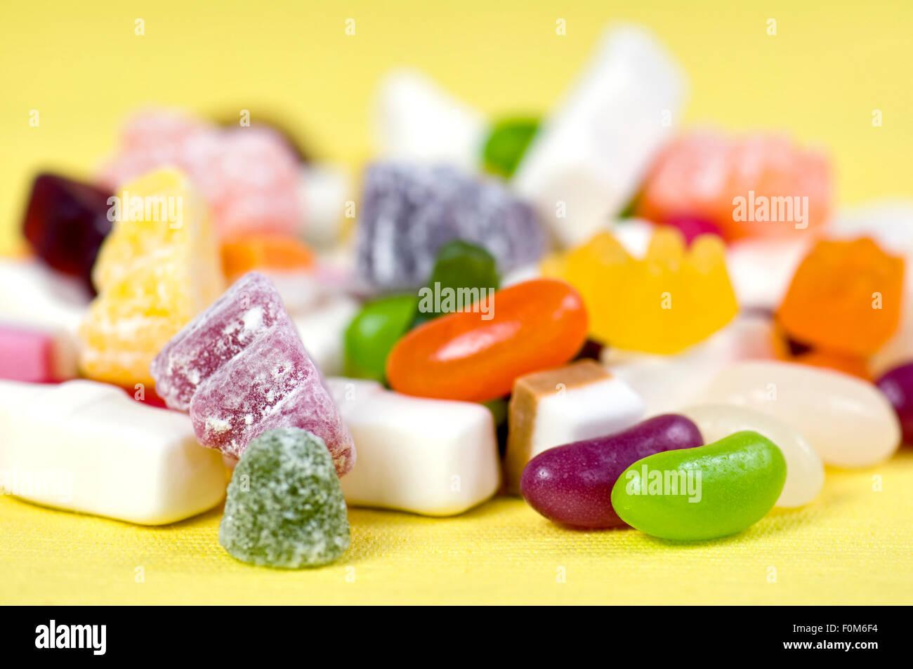 Mélange de bonbons pour les enfants, y compris les ours gommeux, jelly beans, Dolly, mélanges et la bouteille de lait en gélatine. Banque D'Images