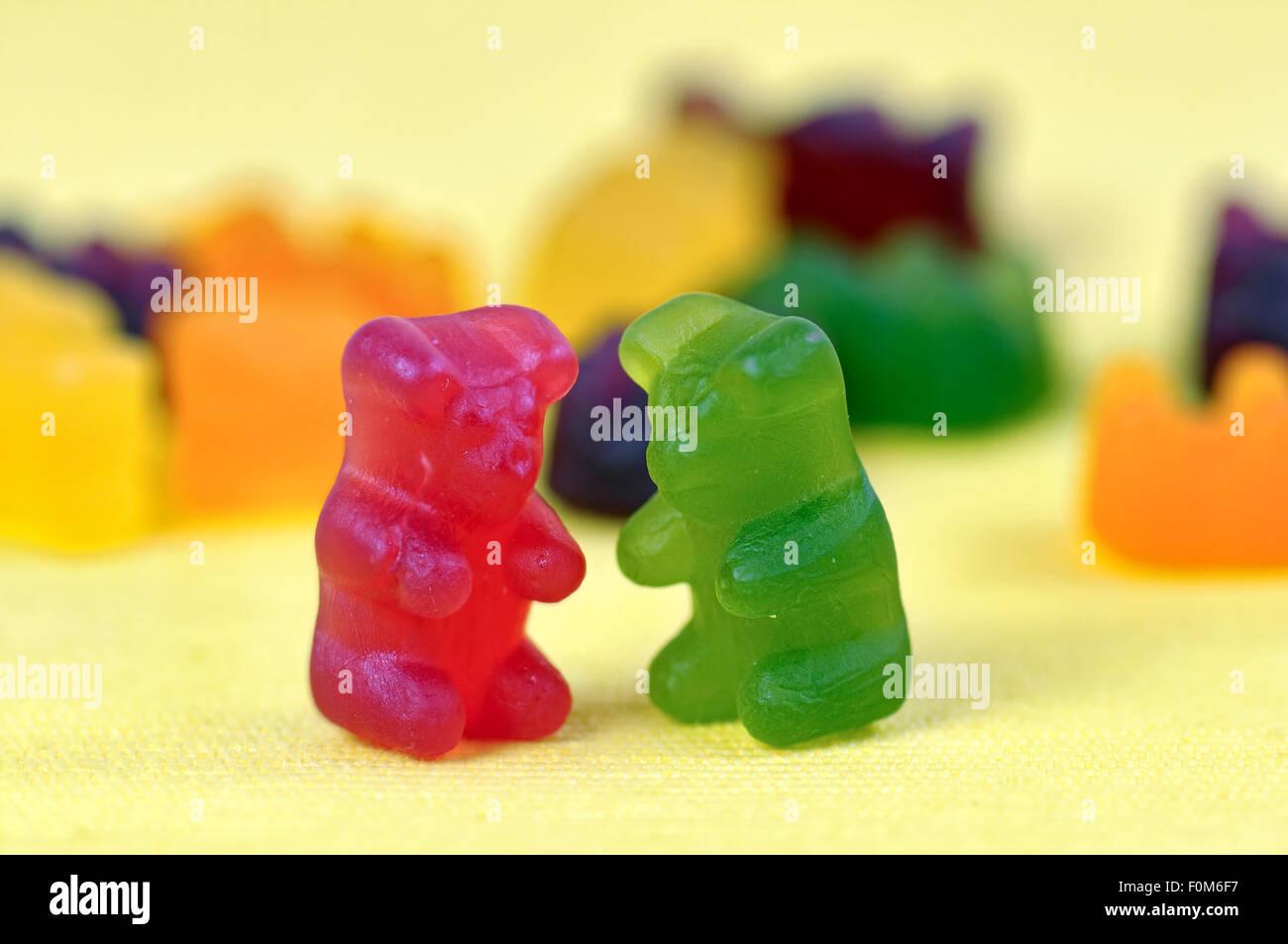 Jelly ours (également appelé gommeux ou ours gummi) sur fond jaune Banque D'Images