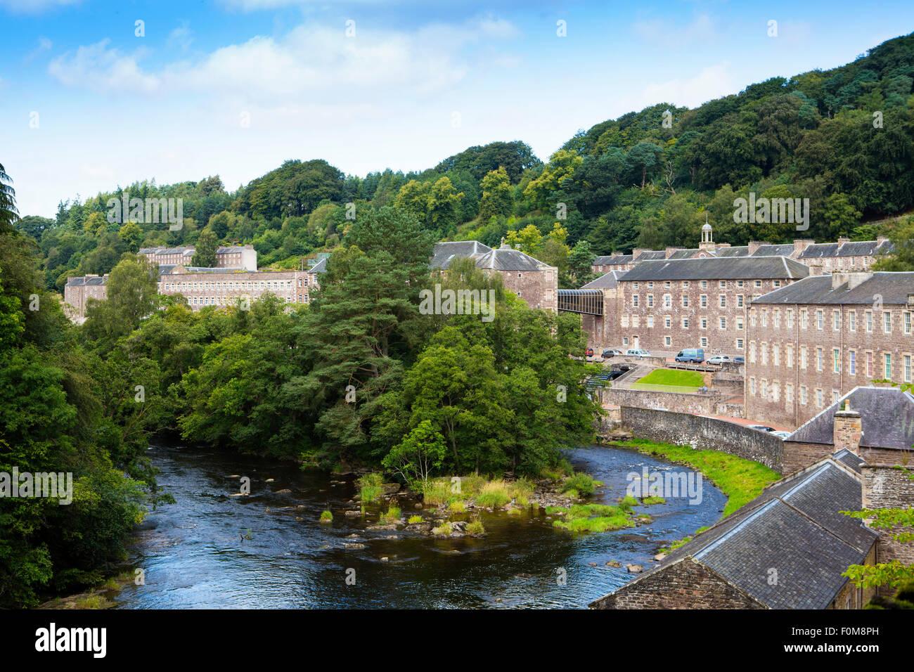 Les moulins du site du patrimoine mondial de New Lanark, construits par l'industriel David Dale, Écosse, montrant la rivière Clyde Banque D'Images