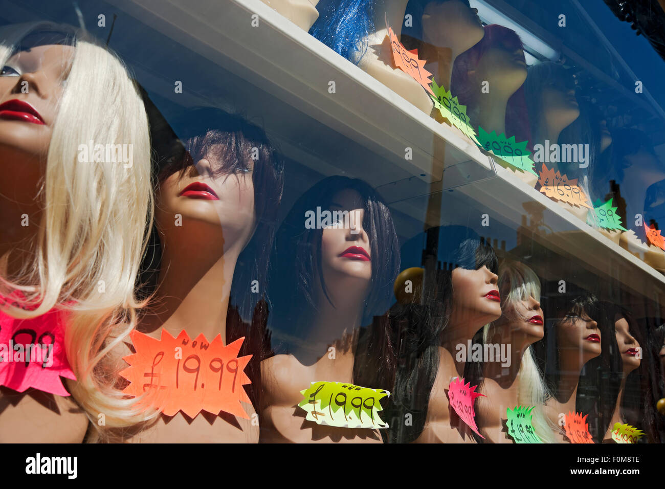 Perruques sur l'affichage en vitrine Photo Stock