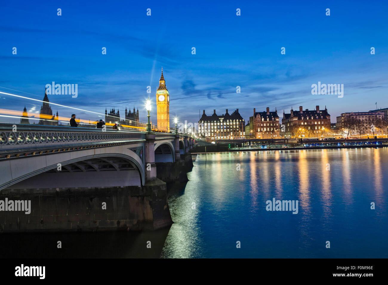 Le pont de Westminster et le néo-gothique Chambres du Parlement par Charles Barry et Augustus Pugin, dans l'obscurité. Photo Stock