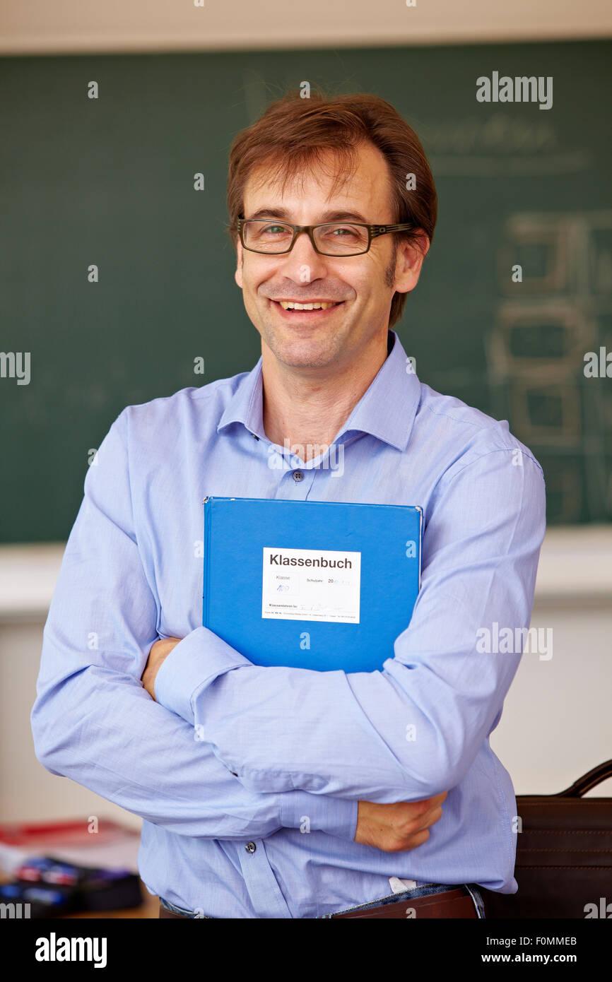 Porte-documents avec l'enseignant en classe, portrait Photo Stock