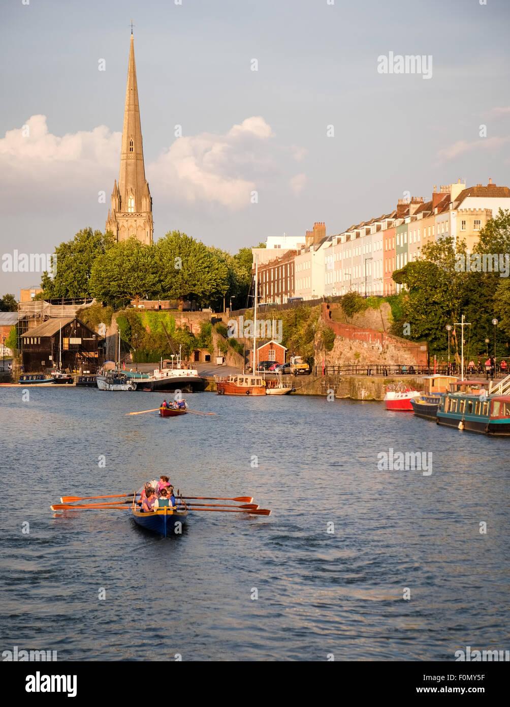 Vue de Redcliffe comme rameurs gig rangée sur le port flottant à Bristol dans la lumière du soleil du soir Banque D'Images