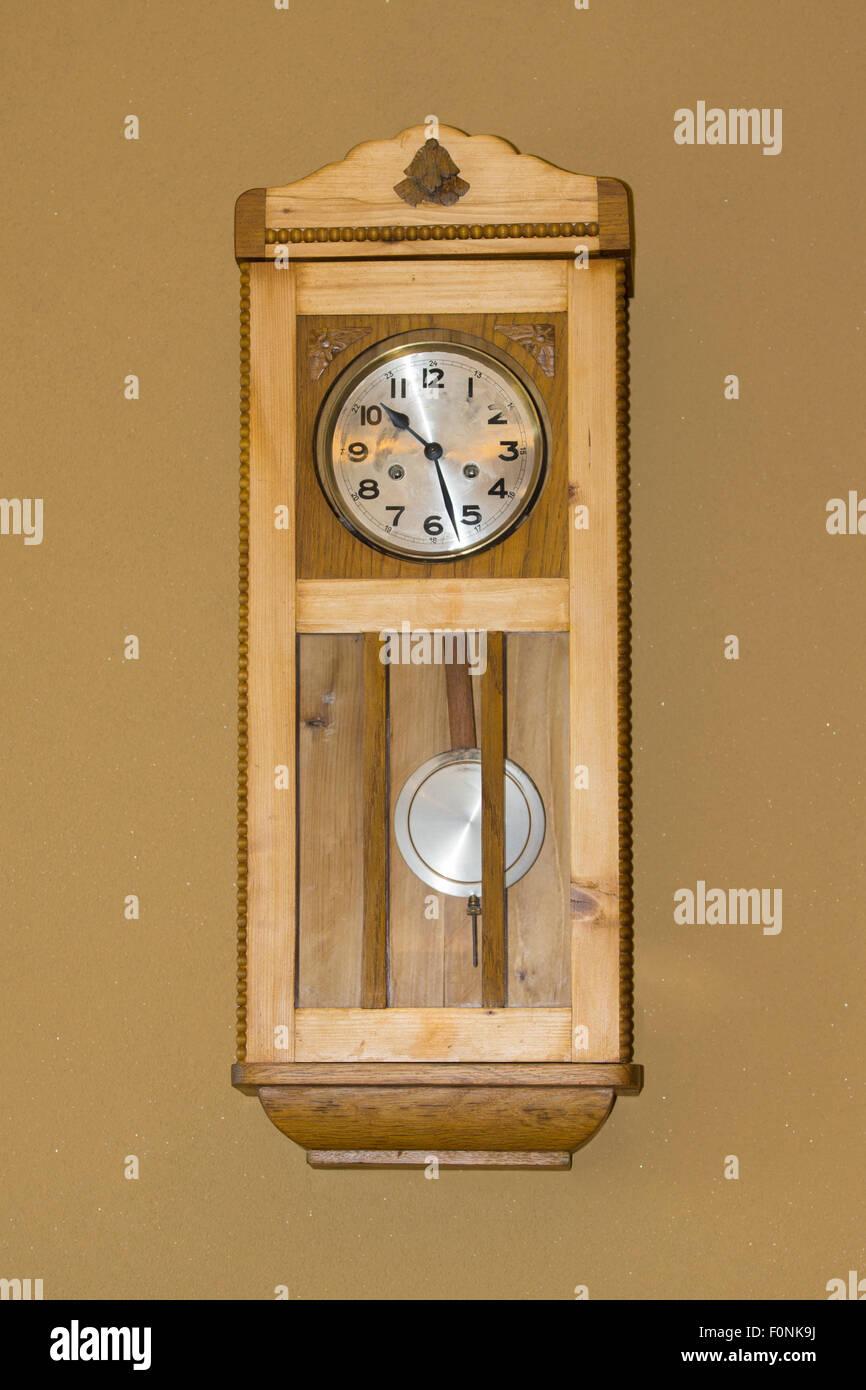 Une piscine en bois avec horloge murale pendule dans une maison en autriche banque d 39 images for Recherche pendule murale