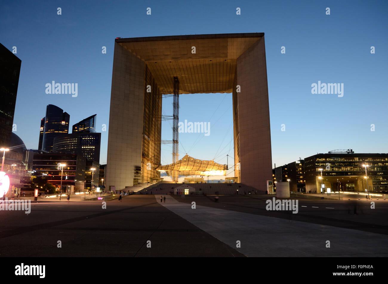 La Grande Arche à la défense à Paris au coucher du soleil. Banque D'Images