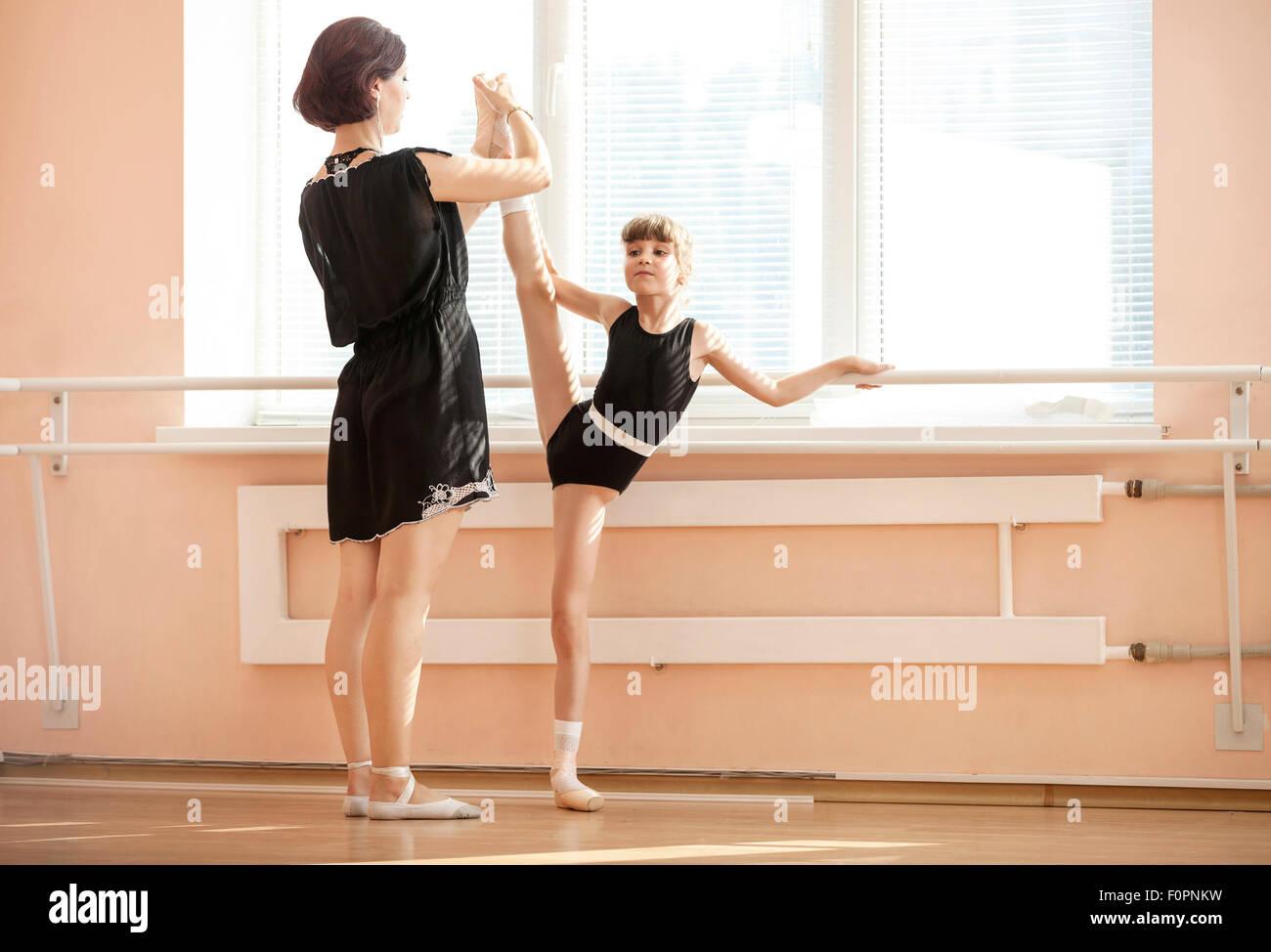 Professeur de ballet leg de réglage de position des jeunes