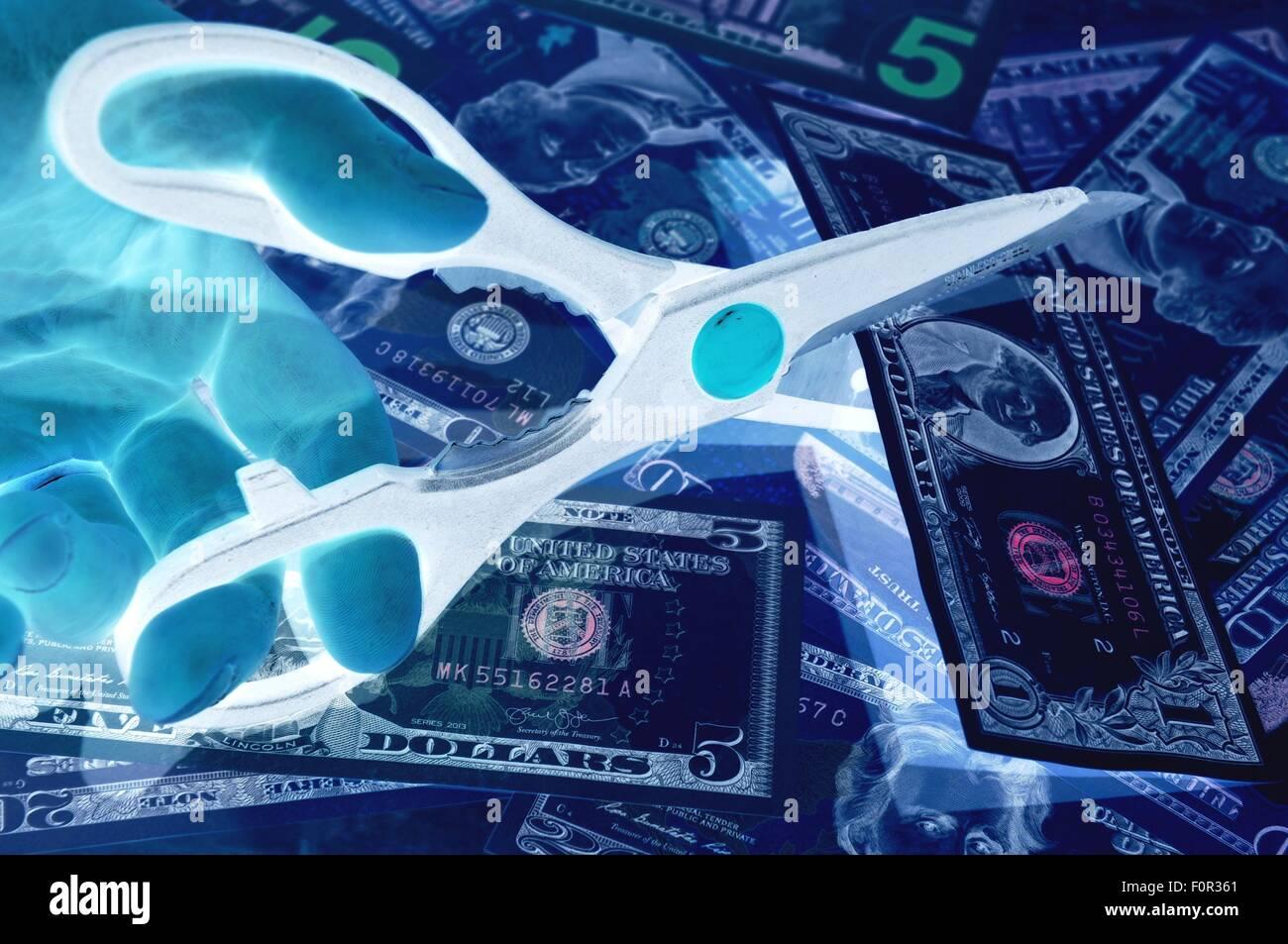 Réduction du budget concept avec ciseaux et dollars US Photo Stock