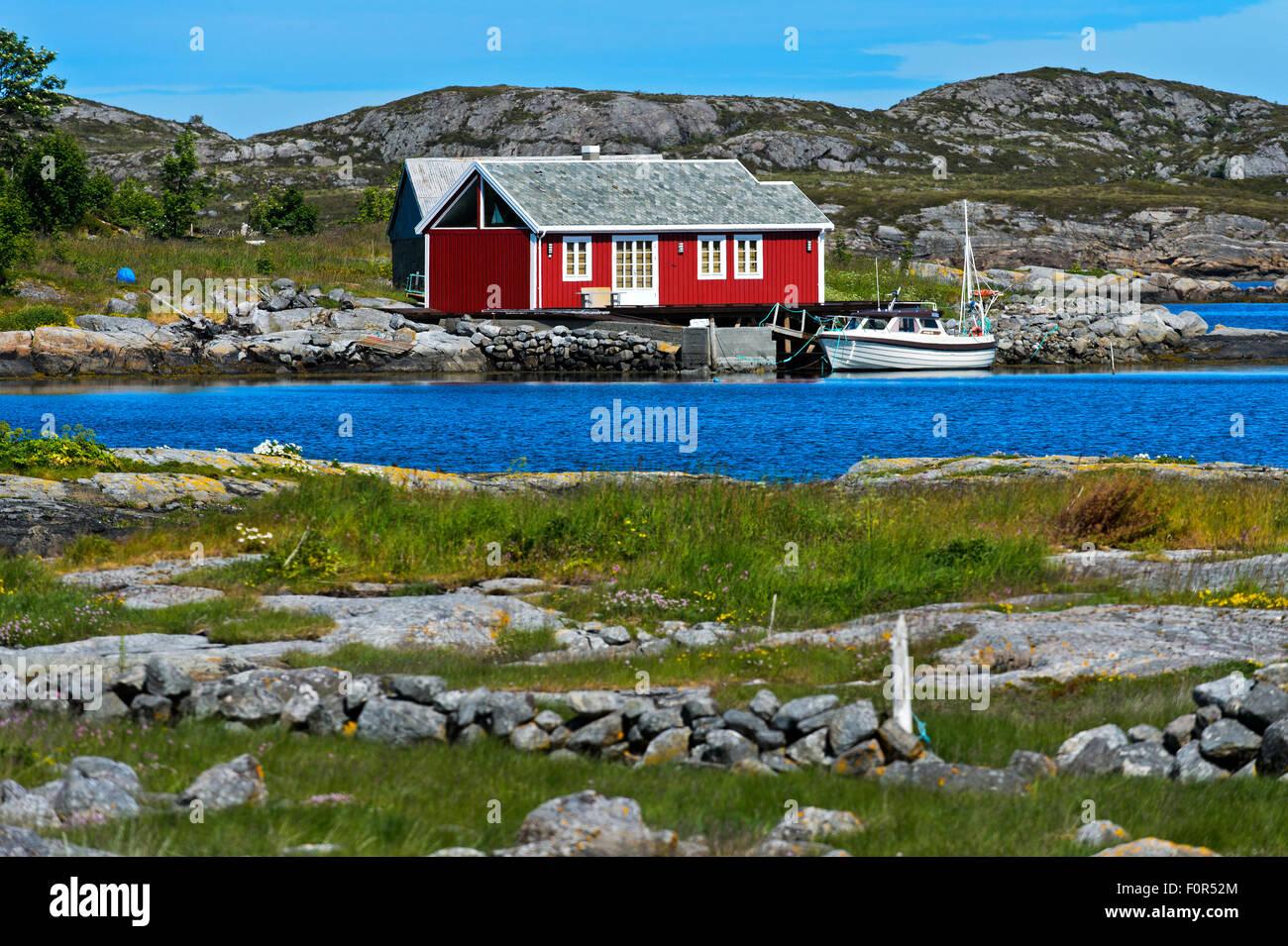 Maison rouge par un fjord, Møre og Romsdal (Norvège) Photo Stock