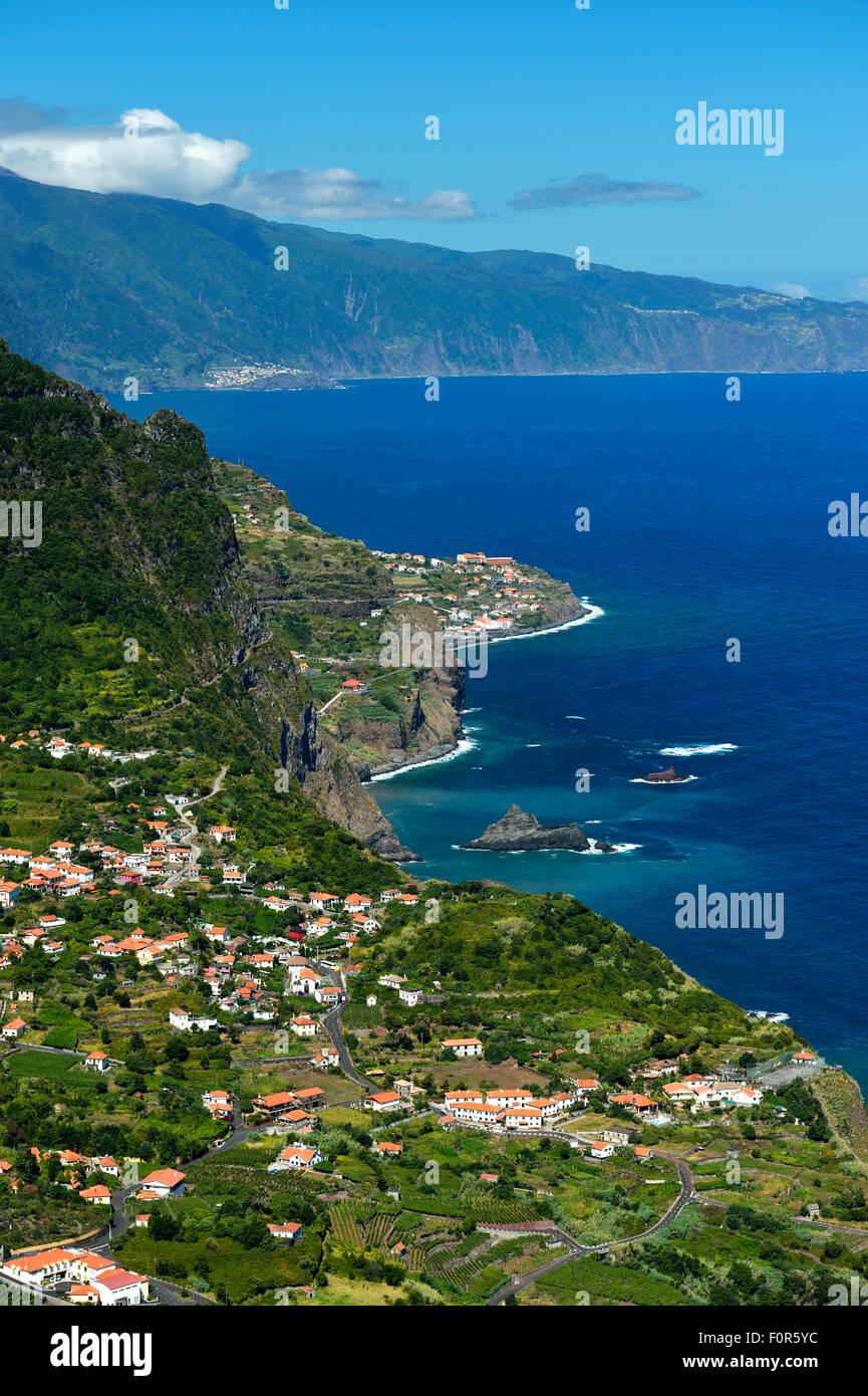 Côte Nord avec le village de Arco de Sao Jorge, Madeira, Portugal Photo Stock