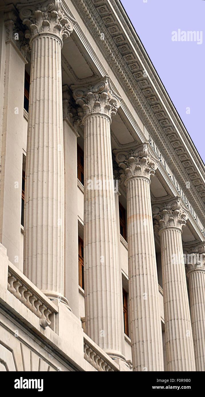 Colonnes corinthiennes en façade néo-classique soulignant la stabilité d'une banque centrale Photo Stock
