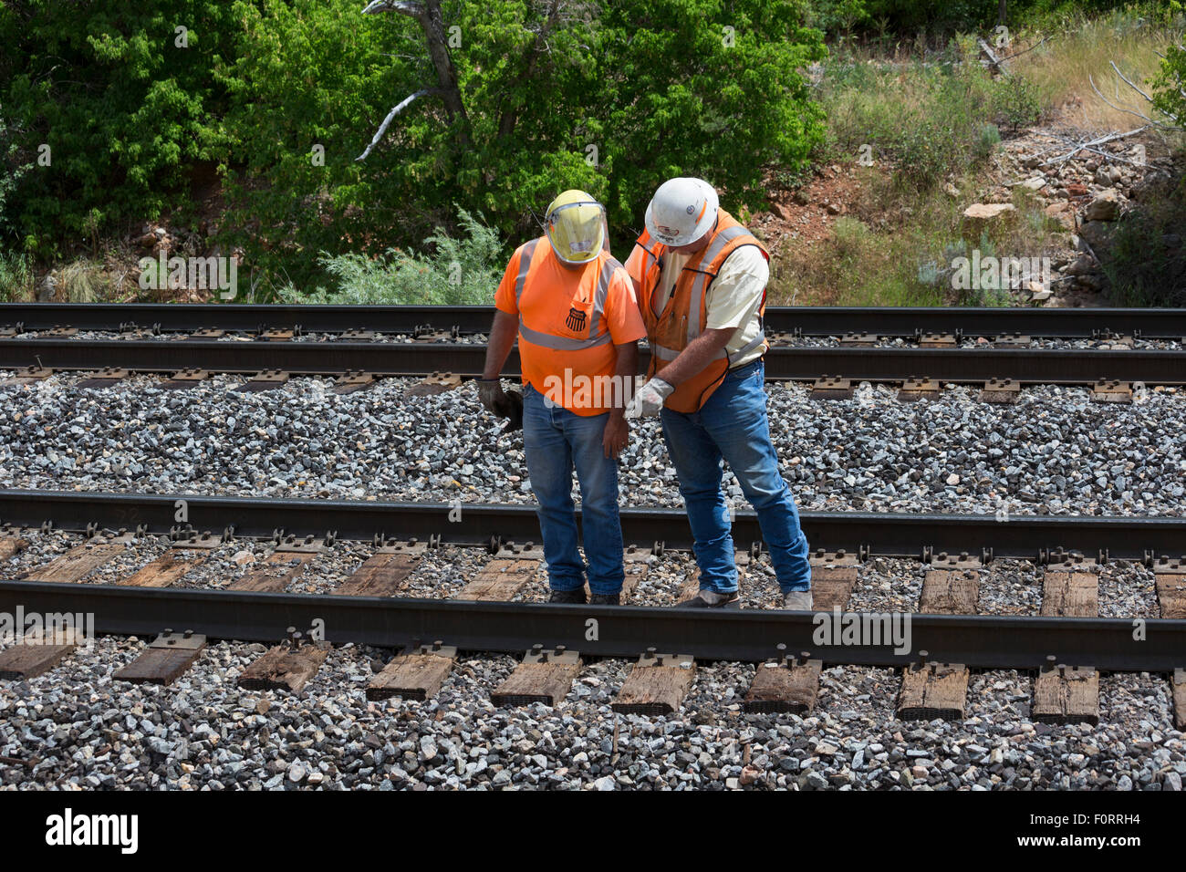 Thistle, Utah - Travailleurs inspecter la Union Pacific Railroad tracks. Photo Stock