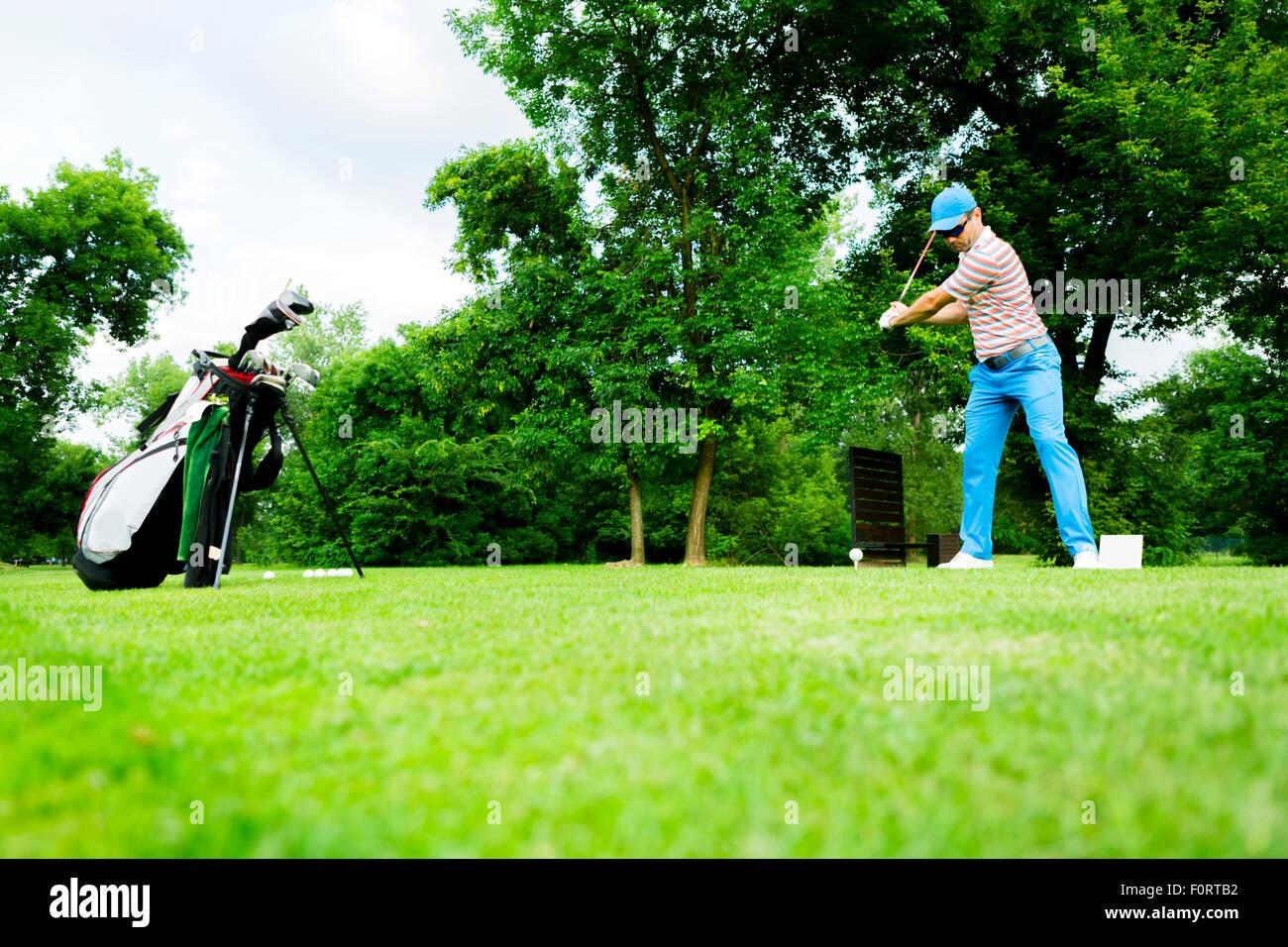 Golfeur vous préparez une première long shot Photo Stock