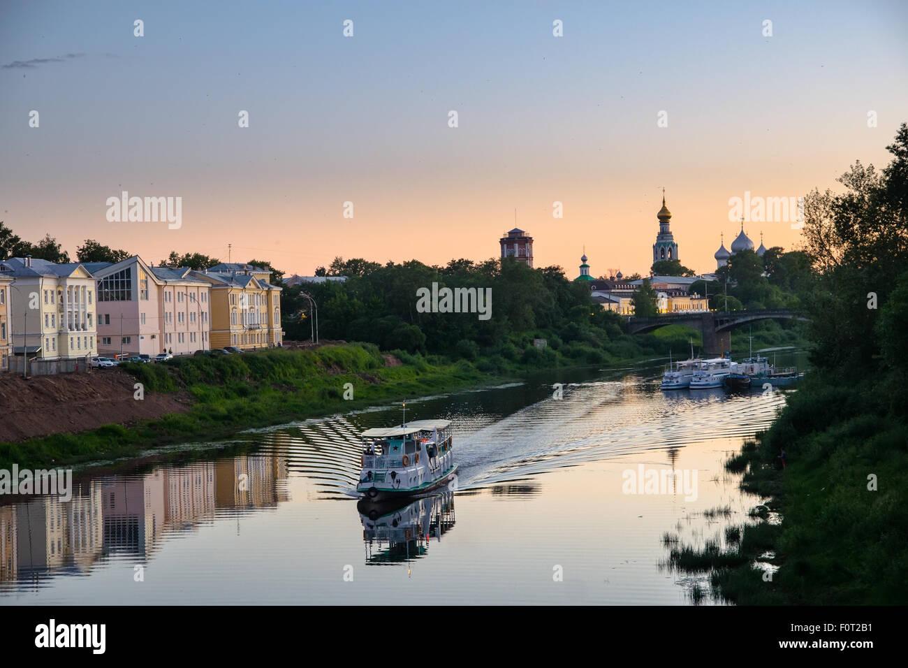 Le bateau flotte sur la rivière. La Russie. Ville Vologda Photo Stock