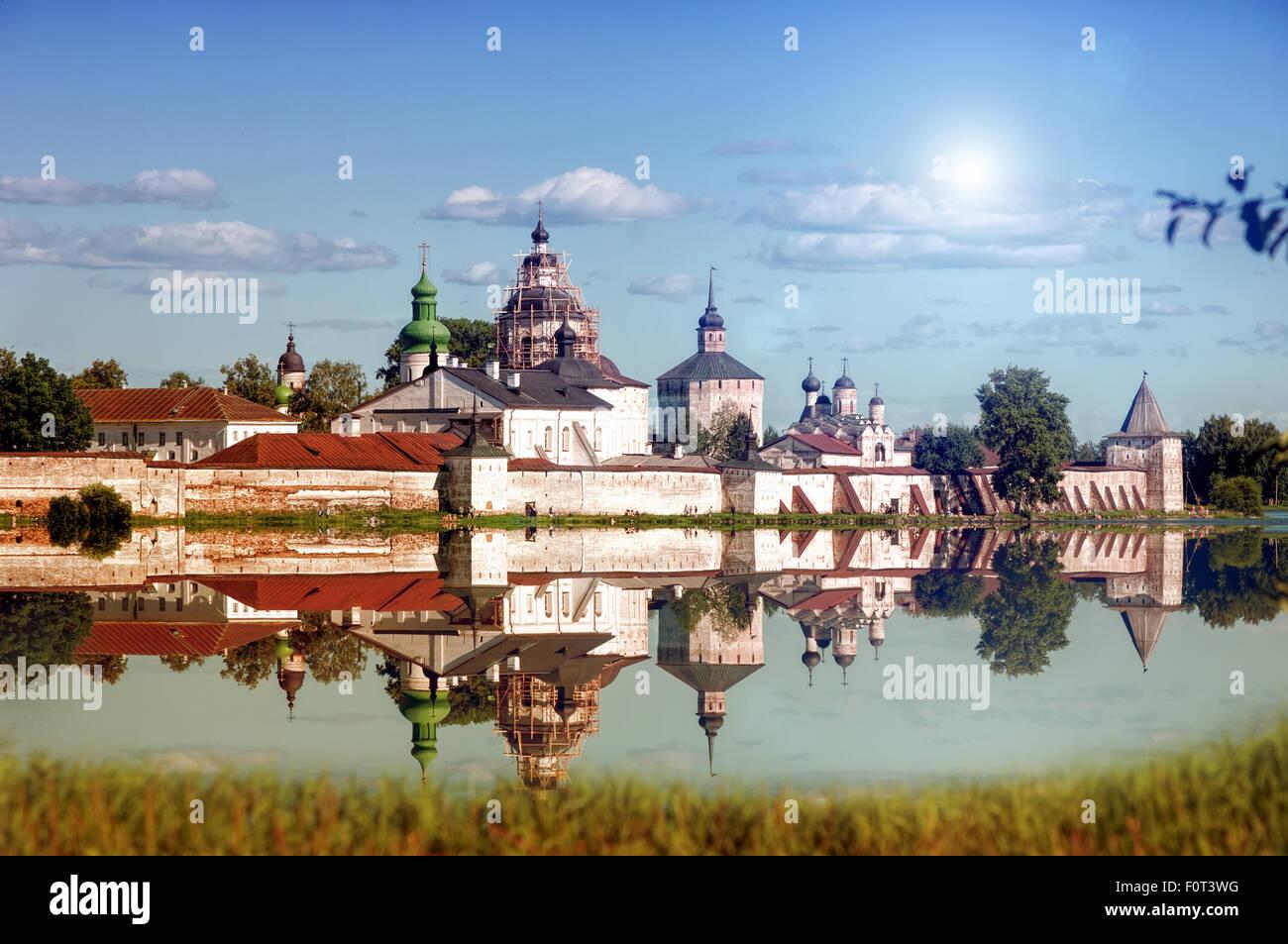 Mur au bord du lac et de la tour de monastère Kirillo-Belozersk Photo Stock